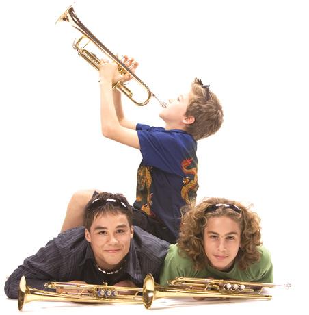 Drei glückliche Jungs mit Trompeten